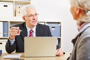 Berater in der Bank macht mit einer Kundin eine Finanzplanung